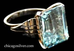 Kalo ring, gold, deco setting, with 15-carat rectangular aquamarine stone